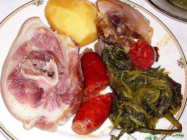 Cocido gallego plato típico de carne en Galicia